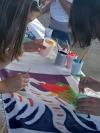 Kinder beim Fahnen malen